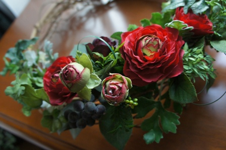 le biju 赤色のラナンキュラス,ブルーベリーの実、ダスティーミラーの葉、アイビーの葉