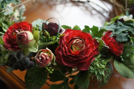le biju 赤色のラナンキュラス ブルーベリーの実 ダスティーミラーの葉 アイビーの葉