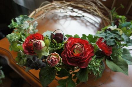 le biju 赤色のラナンキュラスブルーベリーの実、ダスティーミラーの葉、アイビーの葉